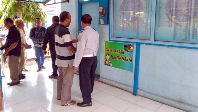 Puluhan Wartawan mingguan dan Harian saat mengamati pengamen yang ngaku Wartawan mingguan JK diamankan di pos Terminal Situbondo. (riy)