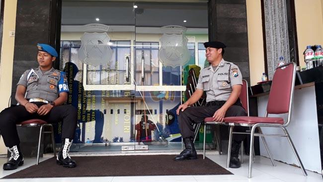 Petugas Polrea Malang Kota berjaga di ruang rupatama. (gie)