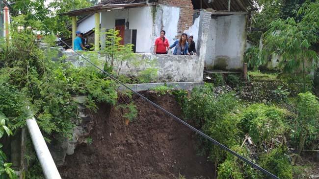 Dampak Longsor, Plengsengan Jembatan Karangrejo Berimbas ke Rumah Warga