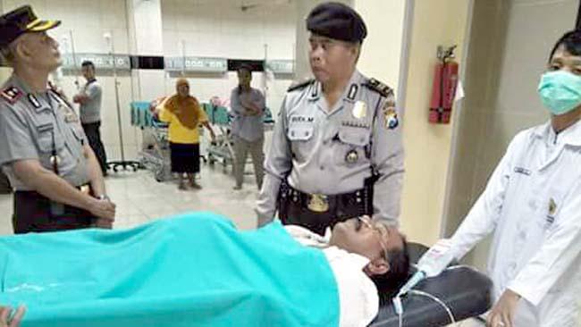 RAWAT : Anggota Polsek Kepanjen turut mengecek kondisi korban di RSUD Kanjuruhan Kepanjen. (ist)