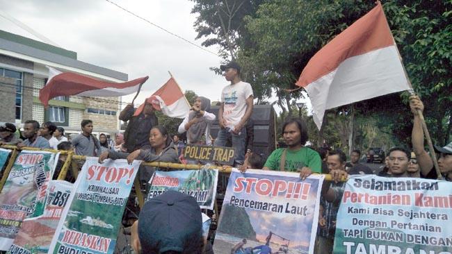 Sidang Bendera Palu Arit, Massa Diluar Pengadilan Nyaris Ricuh
