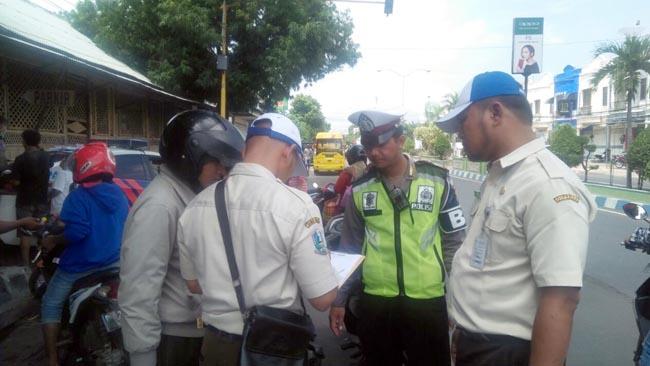 Pengendara saat ditilang oleh polisi (im)