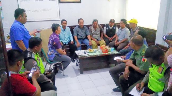 Perwakilan warga diterimah Camat Jabon,Agus Sujoko (baju batik) diruang kerjanya (gus)