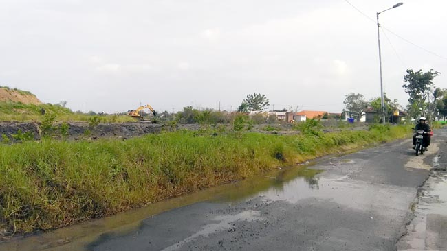 Jalan raya Desa Gempolsari, Tanggulangin masih terdapat genangan air. (gus)