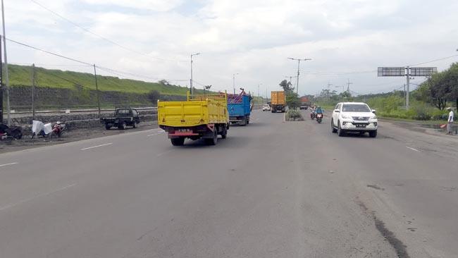 Kondisi jalan raya Porong-Tanggulangin,kembali dapat dilintasi R2 dan R4 setelah diopersionalkan mesin pompa (gus)