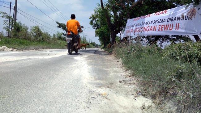 Protes Jalan Rusak, Warga Pasang Banner Sindiran