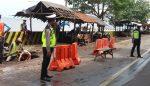 Satlantas Situbondo Kawal Perbaikan Jalan Ambrol di Obyek Wisata Pasir Putih