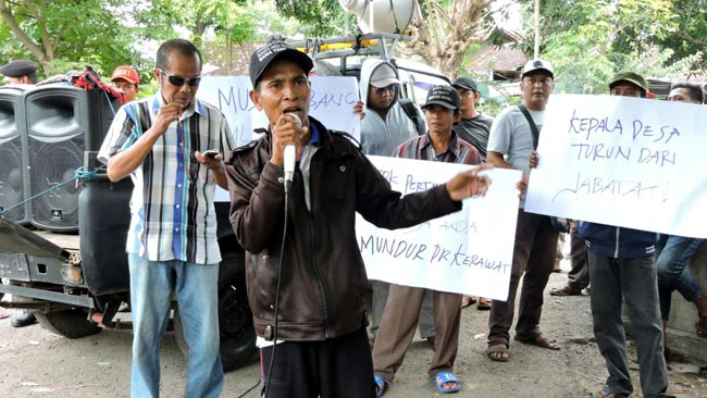Aksi Demo di Kantor Desa Duwet Panarukan Bernuansa Politik