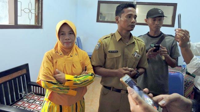Kepala Desa Duwet NUR ASIATI (berkerudung kuning) saat diwawancarai Memontum.com. (guh/im)