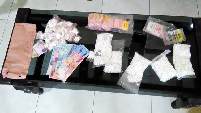 Barang bukti,pil koplo,plastic kecil,uang,dan 1 buah handpone,diamankan Polsek Tanggulangin (gus)