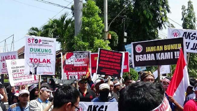 Jalan Sejauh 1 Km, Pemilik Outlet dan Konter Demo di Depan DPRD Kota Probolinggo