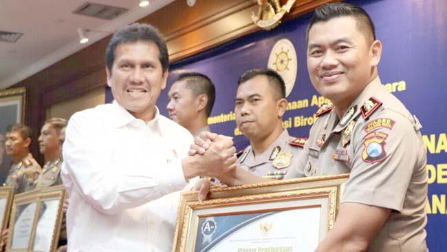 Polres Malang Kota Raih Penghargaan Pelayanan Publik Terbaik 2017 Dari KemenPAN – RB