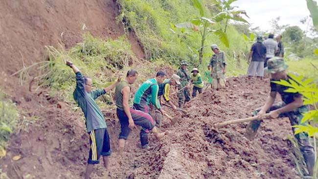 Warga Kemuning Lor, TNI-Polri dan Forpimka Kerja Bakti Bersihkan Tanah Longsor