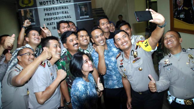 Panglima TNI Salat Dhuhur di Ruang Kerja Kapolres Malang Kota