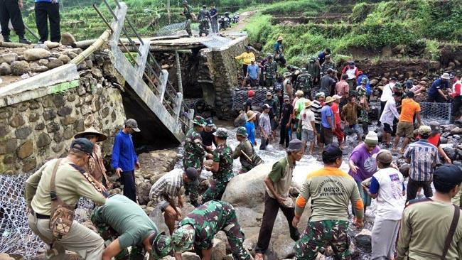 Sinergitas TNI-Polri bersama Warga  Gotong Royong Pasang Bronjong Penahan Longsor