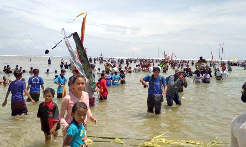 Puluhan Ribu Umat Hindu Malang Raya Upacara Jalanidhi Puja di Balekambang-Bantur