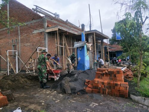GOTONG ROYONG :Anggota Koramil 29 secara gotong royong ikut mengaduk bahan seman