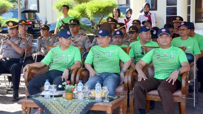 Kapolres didampingi Wakil Bupati Situbondo beserta Forkopimda saat membuka kejuaraan Voli Kapolres Cup Ke V Tahun 2017.(riy/yud)