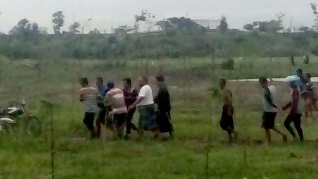 Warga saat melakukan evakuasi dari lokasi kejadian dan melarikan korban ke RS Bhayangkara Pusdik Gasum Porong. (gus)