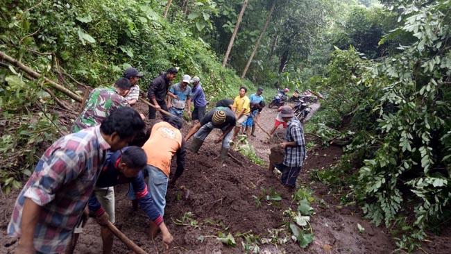 Hujan Deras, Tebing di Desa Penawungan Ranuyoso Lumajang Longsor