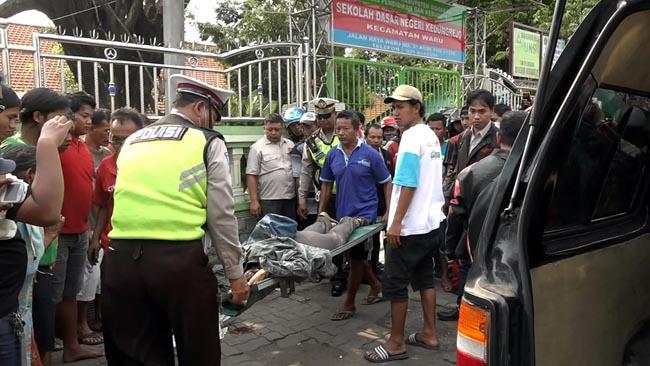 Helm Nyangkut Spion, Ibu asal Surabaya Tewas Terlindas Truk