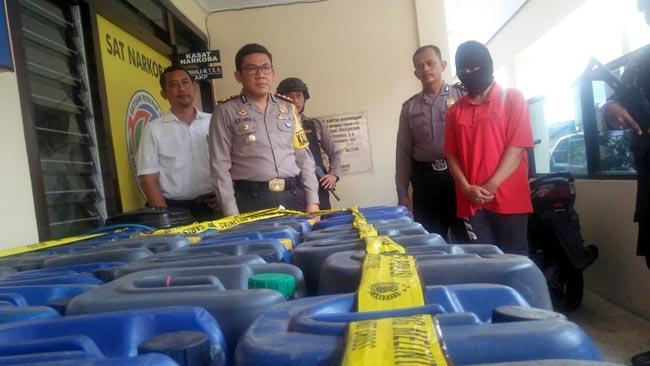 Polisi Gerebek Rumah Janda, Temukan Ratusan Jerigen Arjo