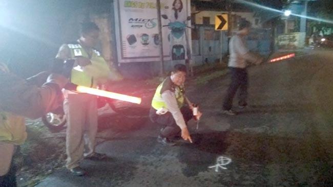 OLAH TKP : Anggota Laka Lantas Polres Malang laksanakan olah TKP. (sos)
