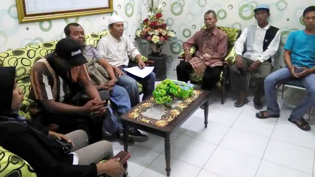 LAPORAN - Sekitar 15 warga Desa Gempolsari, Kecamatan Jabon, mendatangi kantor Kejari Sidoarjo untuk melaporkan kasus dugaan pungutan Prona 2013 dan 2014 serta PTSL 2017 dan diterima Kasi Intel, Idham Khalid (Memo X/Sudarmawan)