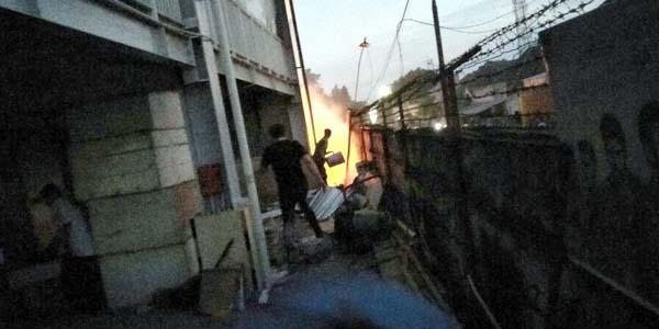 Situasi di lokasi terbakarnya tumpukan sampah Mall KDS Genteng