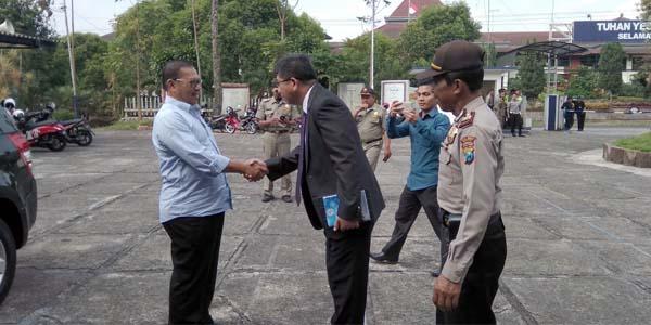 Pj Sekda Eddy Murtono saat di YPPI diterima oleh Pendeta Jhansen Amiman Sekumum YPPI