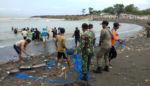 Jukung Penangkap Ikan Dihempas Ombak Laut Selatan Puger