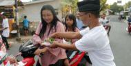 Relawan Gus Ipul –Mbak Puti Bagikan Ratusan Paket  Takjil di akhir Ramadhan 1439 H