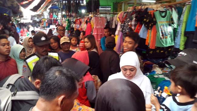 Sehari, Khofifah Kunjungi 2 Pasar Tradisional di Sidoarjo
