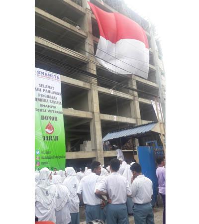 Peringati Hari Pahlawan, SMAMITA Kibarkan Bendera Raksasa