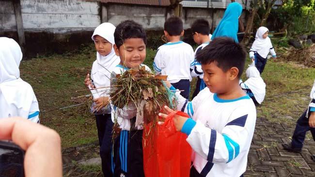 Peringati Hari Peduli Sampah, Siswa SD Punguti Sampah di Pasar