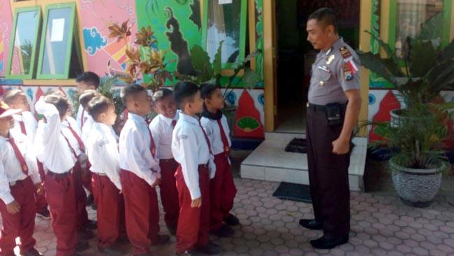 Kapolsek Panji Sapa Anak-Anak di Sekolah