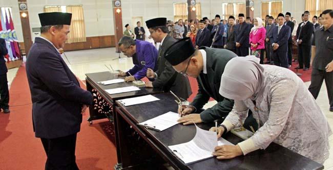 Rektor menyaksikan penandatanganan pakta integritas pejabat baru. (ist)