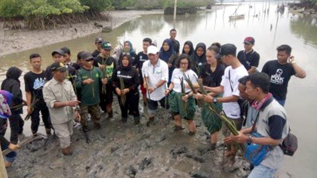 Nadine Chandrawinata Ajak Tanam Mangrove di Banyuwangi