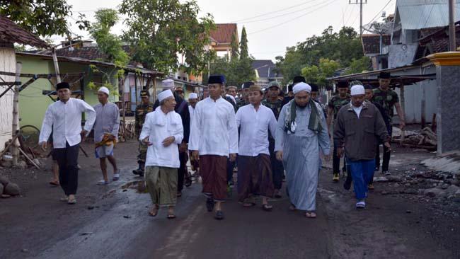 Kapolres Situbondo bersama Para Kyai Sapa Warga Pesisir Besuki