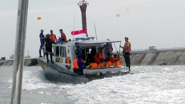 Logistik Pilkada Dikirim ke Pulau Gili Probolinggo, Diangkut Kapal