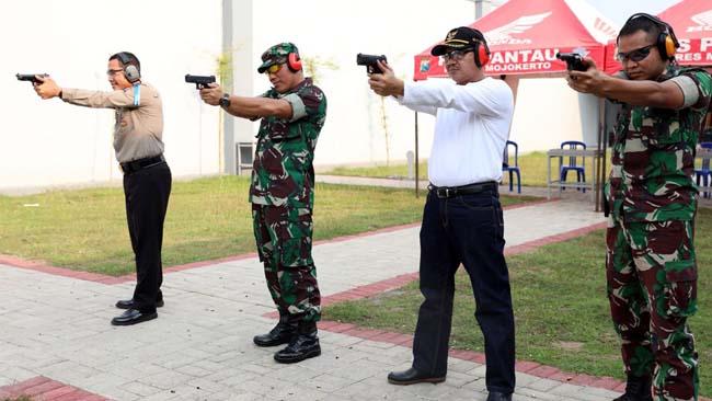 Wujudkan Sinergitas, TNI – Polri Latihan Tembak Bersama