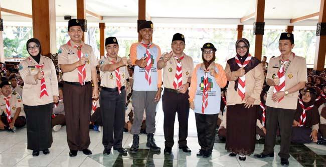 FOTO BERSAMA: Wabup H.Yoyok bersama bersama Pengurus Kwartir Cabang Pramuka Situbondo, serta perwakilan kontingen. (im)