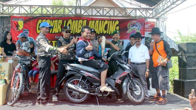 Peserta dari surabaya juara mendapat motor saat foto bersama (pix)