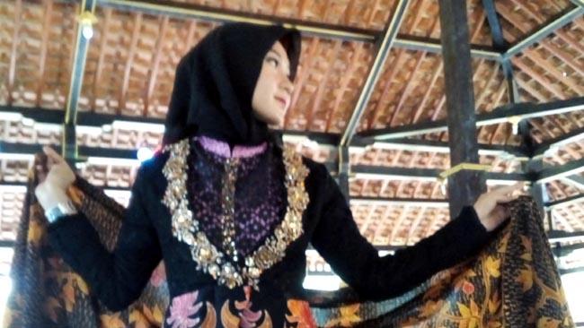 Kenalkan Batik Rengganis Produksi Lokal, Gelar Fashion Show di Kaki Gunung Argopuro