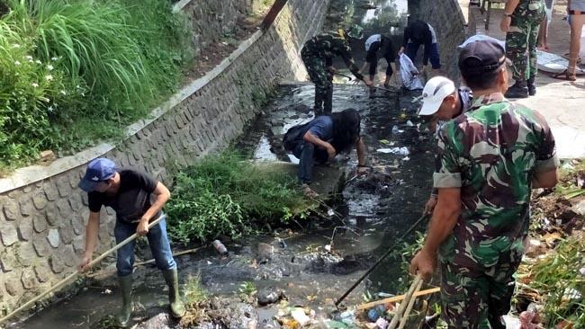 Bersama Masyarakat, Angkut Sampah di Aliran Drainase
