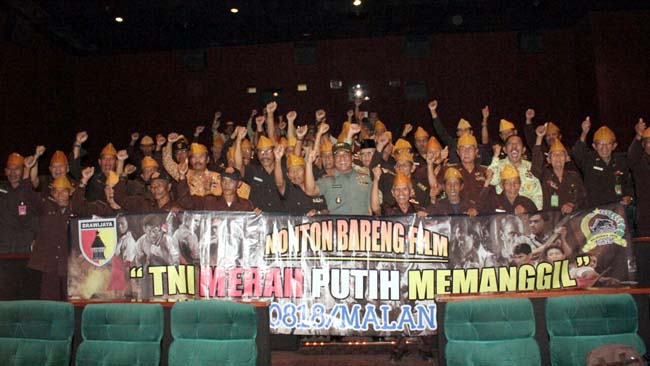 Kebersamaan Dandim 0818 Letkol Inf Ferry Muzawaad SIP Ajak Veteran dan PPAD Nobar Film MPM