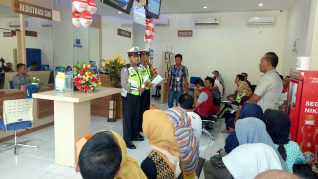 Polres Situbondo Bagikan Tips Keselamatan Berkendara ke Pemohon SIM