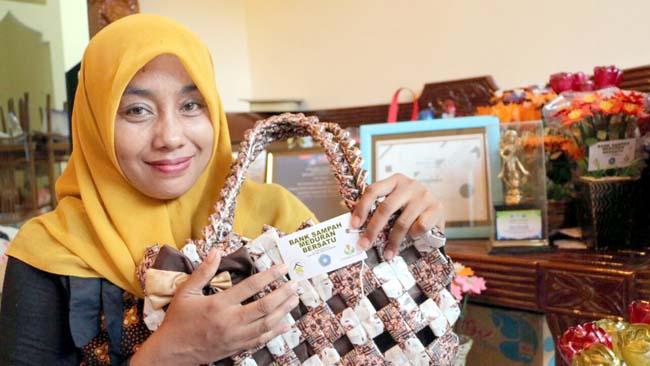 Siti Fitriah,  Kreasikan Sampah Bernilai Jutaan Rupiah