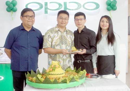 Pemotongan pita, penanda peresmian Oppo Store Malang. (rhd)