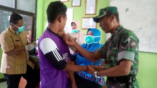 Babinsa Koramil 08/Dawarblandong Pantau Dan Dampingi Layanan Imunisasi Difteri di MTsN 4 Mojokerto